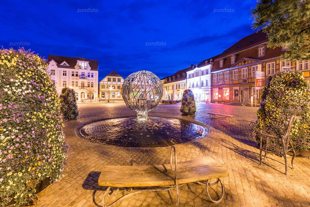 130602_2154-7812-A | Marktplatz von Waren (Müritz) zur blauen Stunde.   ⠀⠀⠀⠀⠀⠀⠀⠀⠀ Am Marktbrunnen mit Blick Richtung Lange Straße. ⠀⠀⠀⠀⠀⠀⠀ --Dateigröße 5700 x 3800 Pixel--