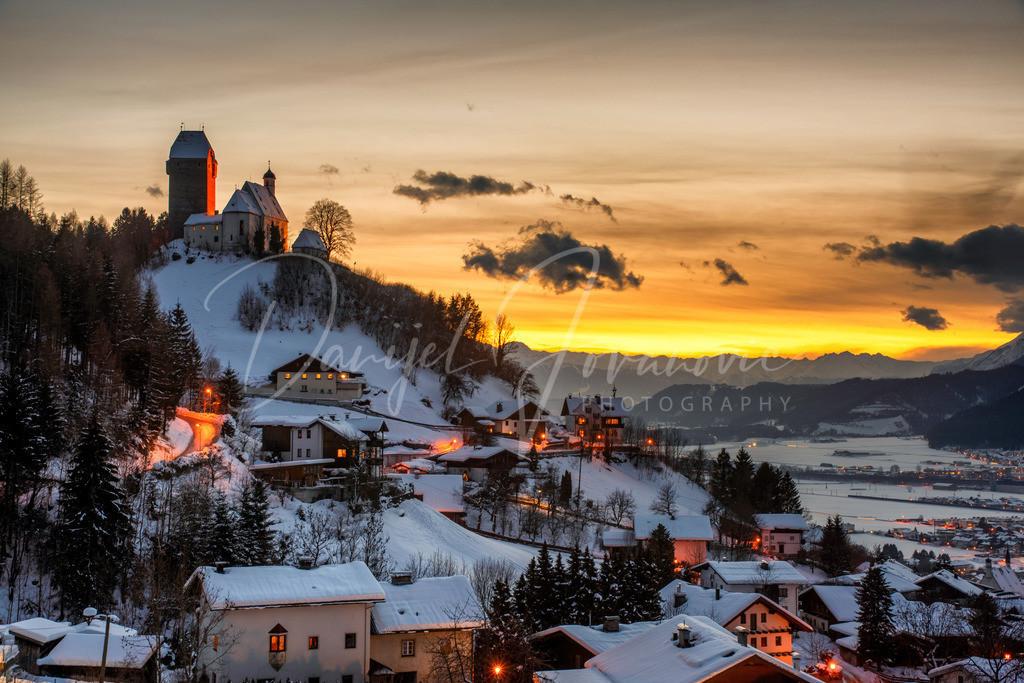 Freundsberg | Die Burg Freundsberg im Winter mit einer wundervollen Abendstimmung