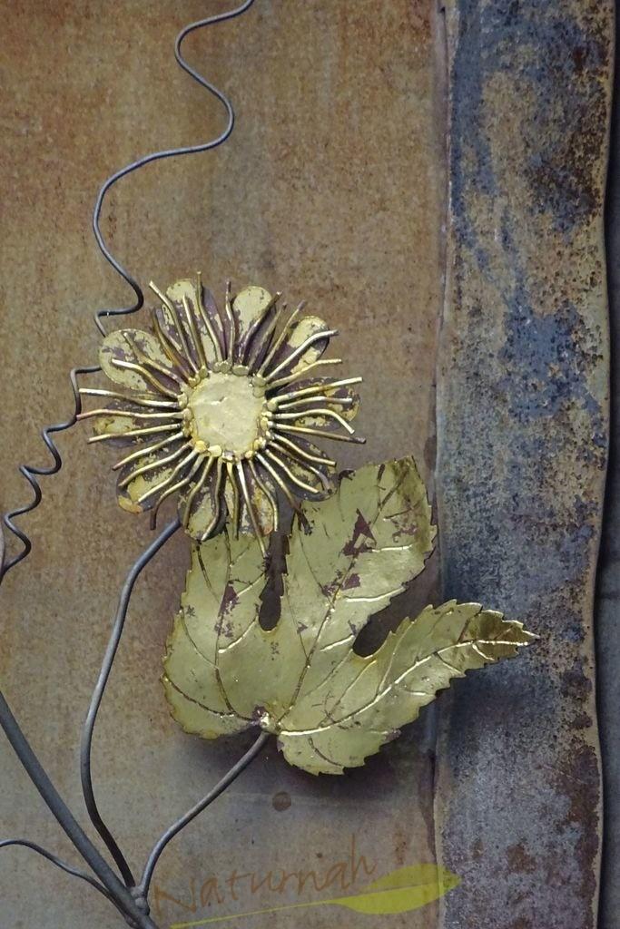 Blume schmiegt sich an Blatt | Zwei, die sich gut verstehen...