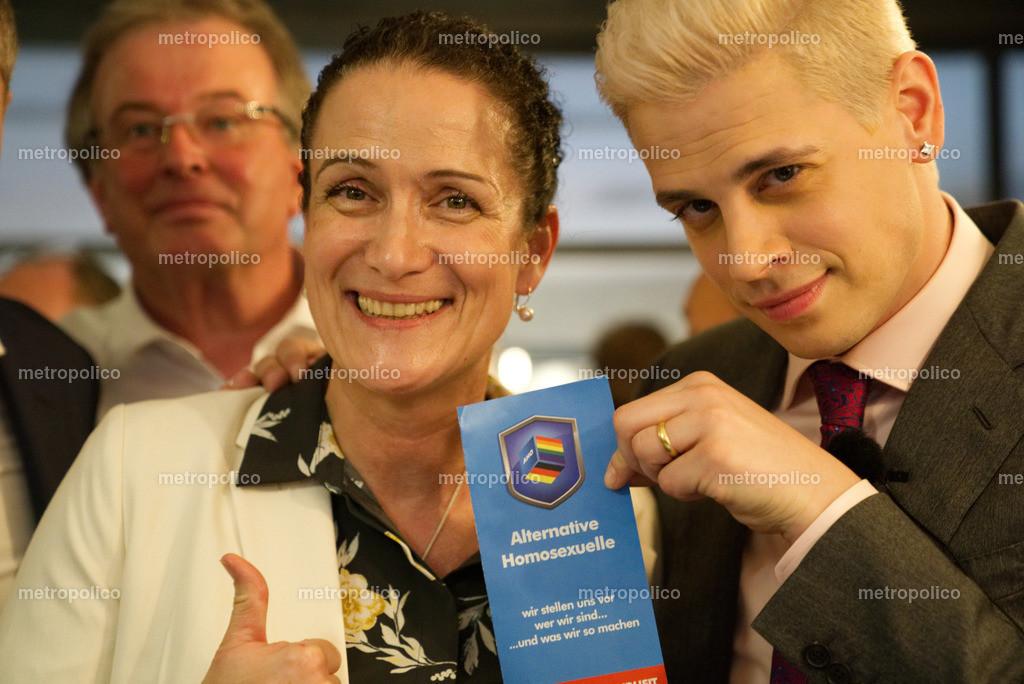 Nicole Höchst und Milo Yiannopoulos mit einem Flyer der Alternative Homosexuelle in der AfD (2)