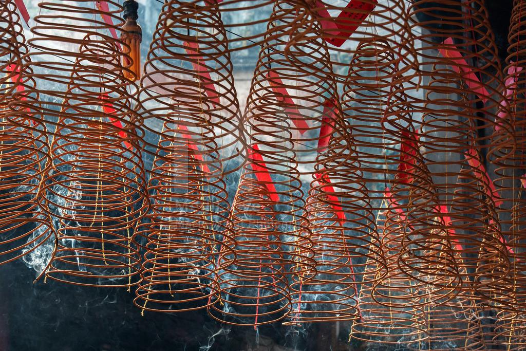 MW1212-0757 | Gespendete Räucherspiralen in einem buddhistischen Tempel in Ho Chi Minh City