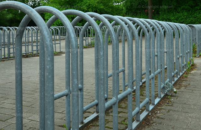 Leere Fahrradständer in der Coronapandemie | Leerer Fahrradparkplatz vor einer Schule beim Lockdown während der Coronapandemie.