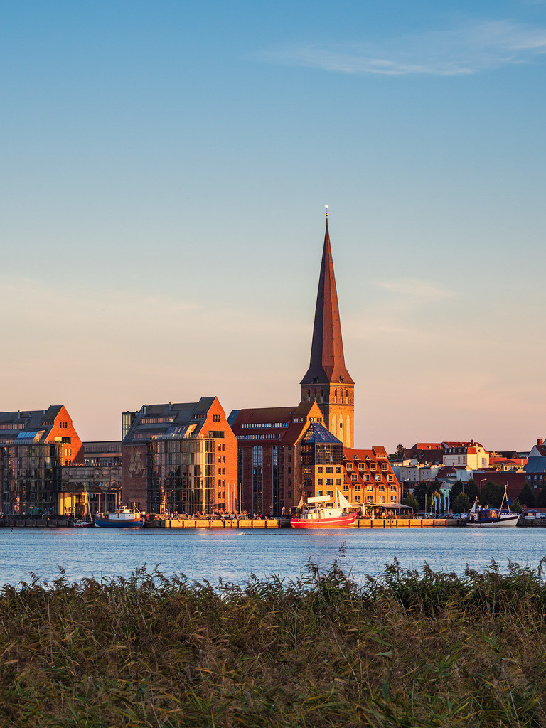 Blick über die Warnow auf die Hansestadt Rostock am Abend | Blick über die Warnow auf die Hansestadt Rostock am Abend.