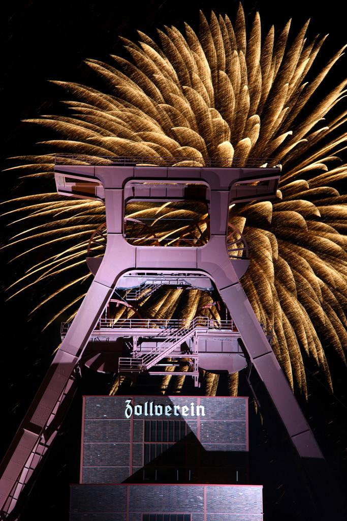 JT-090926-021 | Feuerwerk über dem Doppelbock-Förderturm der Zeche Zollverein, Schacht XII, Weltkulturerbe, beim Zechenfest. Essen, NRW, Deutschland, Europa.