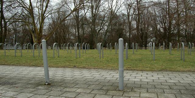Leerstehender Fahrradparkplatz infolge der Coronakrise | Anlehnbügel für Fahrräder auf einem leeren Gelände