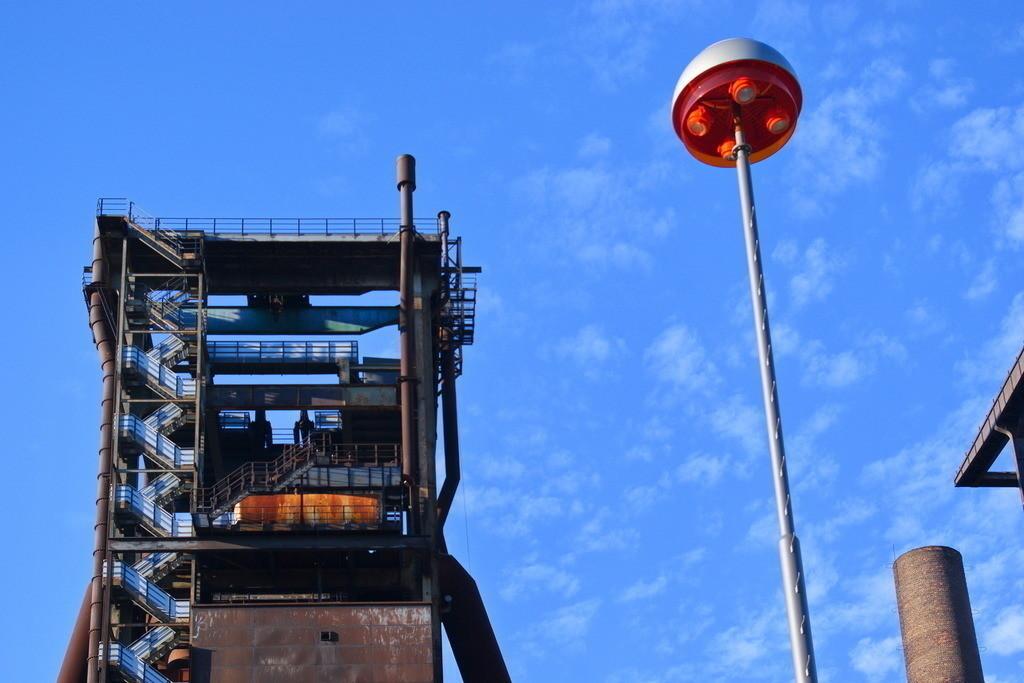 Stillgelegte Industrieanlage in Dortmund | Verrostete und stillgelegte Industrie Barracke im Ruhrpott vor blauem Himmel mit Wolken im Sommer