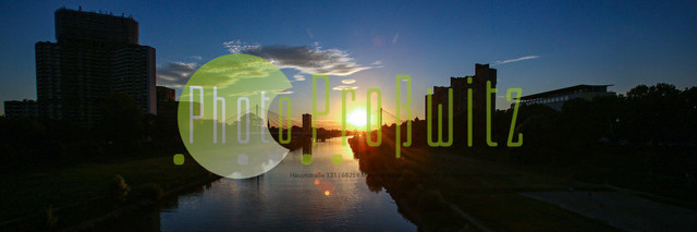 Sonnenuntergang am Neckar   Mannheim. 28JUL20   Mannheim in der Abendsonne am Neckar. Sonnenuntergang. Mit Neckaruferbebauung und dem Collins Center (links)   BILD- ID 2107   Bild: Photo-Proßwitz 27JUL20