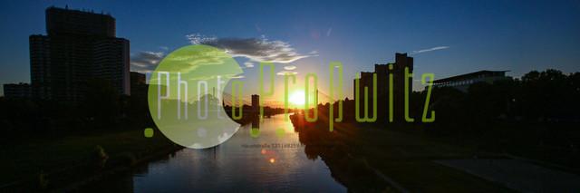 20202407_phpr_PRM_5089-b | Mannheim. 28JUL20 | Mannheim in der Abendsonne am Neckar. Sonnenuntergang. Mit Neckaruferbebauung und dem Collins Center (links)   BILD- ID 2107 | Bild: Photo-Proßwitz 27JUL20