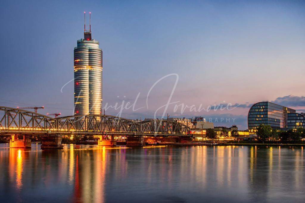 Millennium Tower | Der Millennium Tower mit der tollen Eisenbahnbrücke an der Donau
