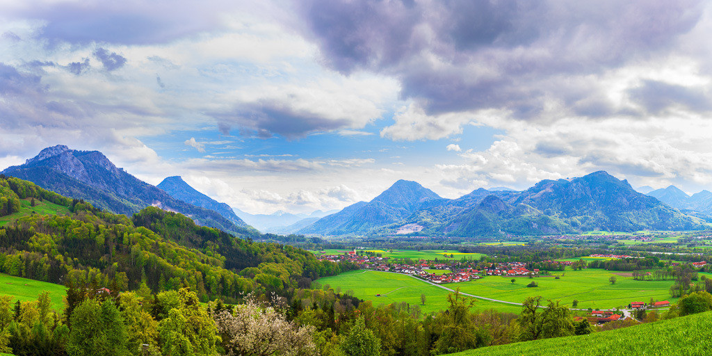 Stimmungsvoller Ausblick ins Inntal | Ausblick nach Nußdorf am Inn mit den Bergen Heuberg, Kranzhorn, Madron und Riesenkopf. Format 2:1