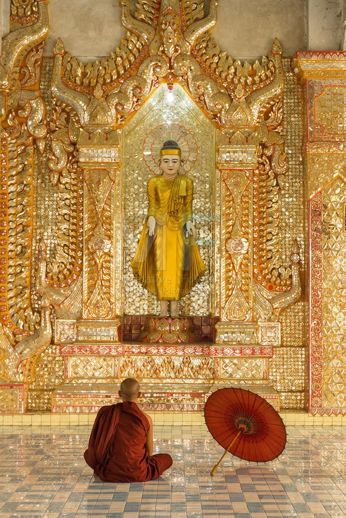 MW0115-7478 | Fotoserie DER ROTE SCHIRM | Meditierender Mönch in Mandalay