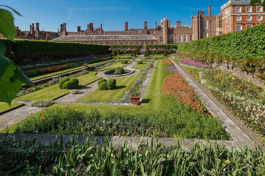 Hampton Court Palace in London   15.05.2018, Gartenanlge mit Blick in einen der Teichgärten am Hampton Court Palace, einem Schloss im äußersten Südwesten Londons am linken Ufer der Themse im Stadtbezirk Richmond upon Thames. Das Schloss war von 1528 bis 1737 eine bevorzugte Residenz der englischen und britischen Könige. Ursprünglich wurde es im Tudorstil erbaut, gegen Ende des 17. Jahrhunderts und im 18. Jahrhundert wurden große Teile im Stile des englischen Barock umgebaut. Anfang Juli findet auf dem Schloss regelmäßig die Hampton Court Palace Flower Show statt. Sie ist die größte Blumenausstellung der Welt.