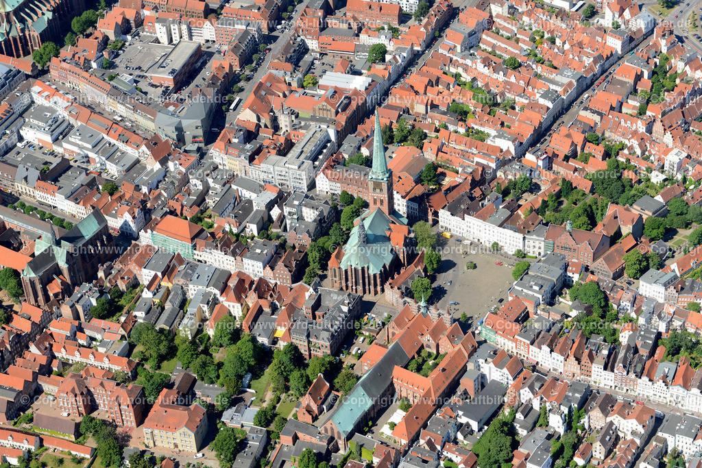 Lübeck_ELS_8389151106 | Lübeck - Aufnahmedatum: 10.06.2015, Aufnahmehoehe: 588 m, Koordinaten: N53°52.379' - E10°42.015', Bildgröße: 6708 x  4477 Pixel - Copyright 2015 by Martin Elsen, Kontakt: Tel.: +49 157 74581206, E-Mail: info@schoenes-foto.de  Schlagwörter;Foto Luftbild,Altstadt,HolstenTor,Kirche,Hanse,Hansestadt,Luftaufnahme,