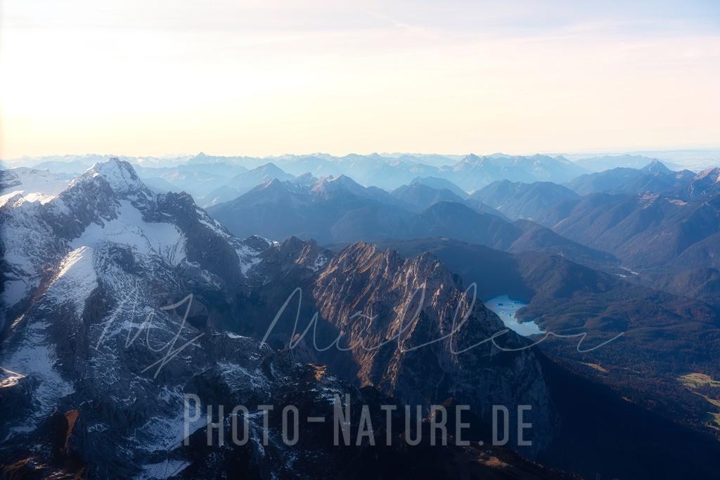 Zugspitze und Eibsee   Aussicht auf die Zugspitze und den Eibsee