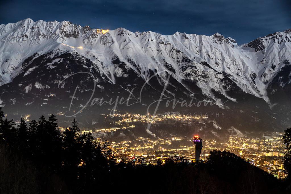 Innsbruck | Blick über den Bergisel und die Stadt Innsbruck hin zur Nordkette
