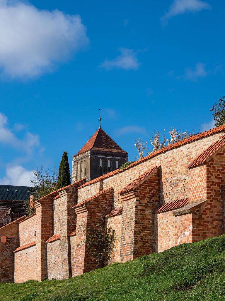 Blick auf die Nikolaikirche und Stadtmauer in der Hansestadt Rostock | Blick auf die Nikolaikirche und Stadtmauer in der Hansestadt Rostock.