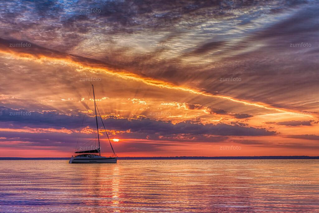 200714_0518-2586_AuroraHDR-edit | In der Nacht von Montag auf Dienstag habe ich mal wieder am See geschlafen und habe Fotos gemacht.   Es war wieder ein toller Sonnenaufgang.  Oft ist es ja wirklich so, dass der Sonnenaufgang noch toll ist und 1 oder 2 Stunden später ist es bewölkt.  Vielmehr ist es oft sogar so, dass ich ich wenn es keine Wolken gibt, gar nicht los gehe weil es sich nicht lohnt. Ohne Wolken ist der Sonnenaufgang oft eher langweilig.  Das Foto ist von um 05:18 Uhr.  Ich wüsnche euch einen schönen Abend und Sonnenaufgang morgen ;-)
