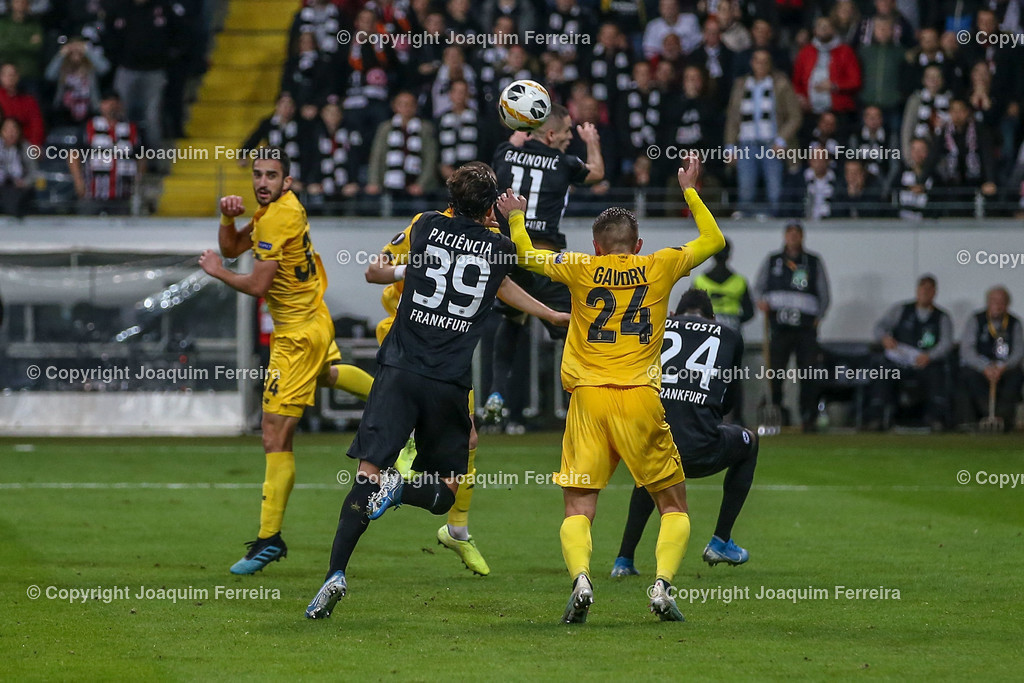 191024_sgevslie_0556 | 24.10.2019 Gruppenspiel Gruppe F UEFA Europa League Saison 2019/20 Eintracht Frankfurt - Standard Liege  emspor, emonline, despor, v.l., Mijat Gacinovic (Eintracht Frankfurt),Goncalo Paciencia  (Eintracht Frankfurt),Nicolas Gavory (Standard Liege),Kopfball, Kopfballduell  Foto: Joaquim Ferreira (DFL/DFB REGULATIONS PROHIBIT ANY USE OF PHOTOGRAPHS as IMAGE SEQUENCES and/or QUASI-VIDEO)