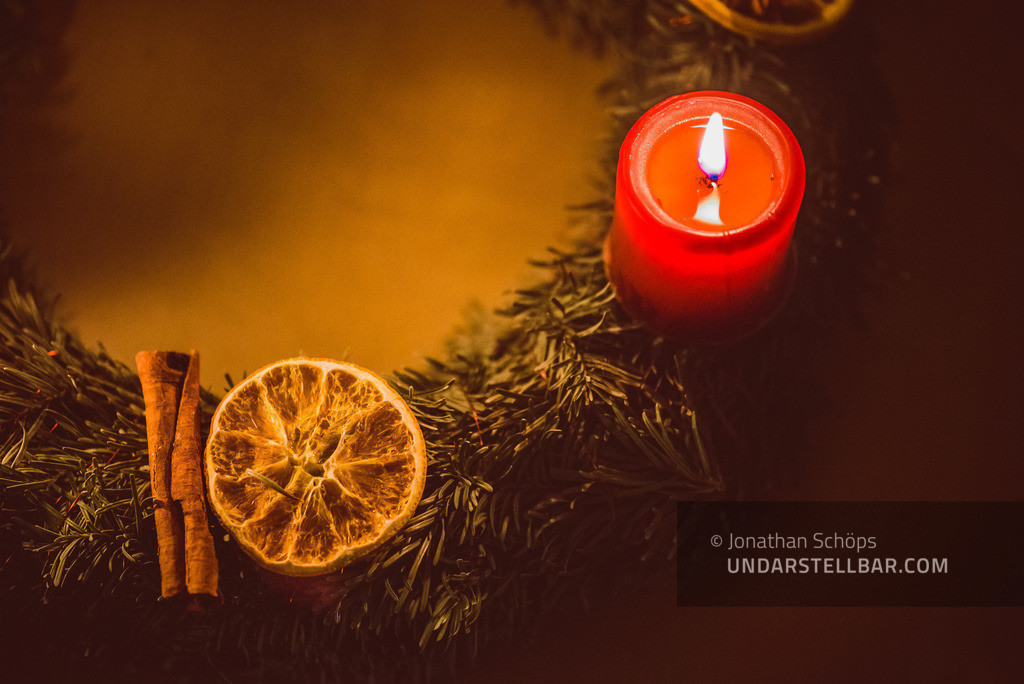 Adventskranz mit roter Kerze