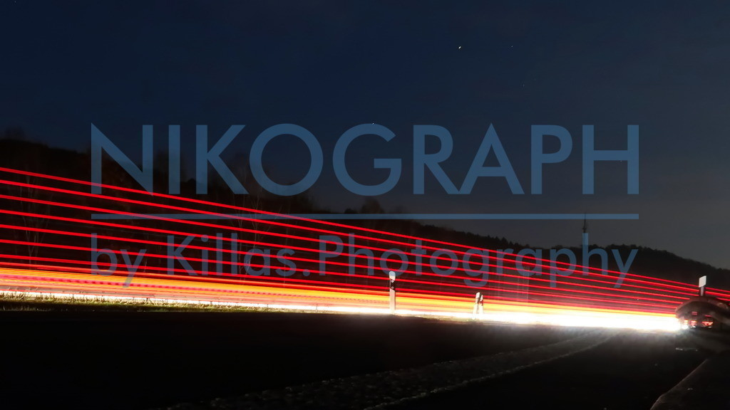 Lichtspuren an der Autobahn   Lichtspuren an der Autobahn A46, vom Rastplatz aus aufgenommen. Die vorbeifahrenden Fahrzeuge ziehen in der Nacht ihre Spuren.