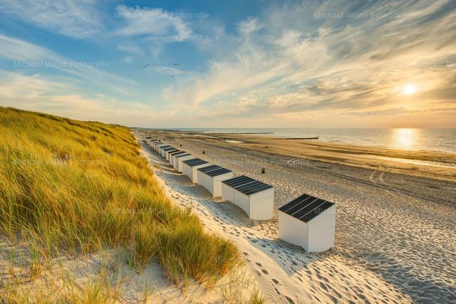 Strandhäuser am Strand in Domburg | Abendsonne am Strand von Domburg in den Niederlanden.