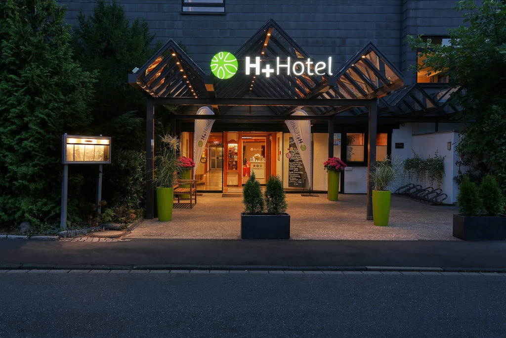 aussenansicht-eingang-abend-02-hplus-hotel-goslar