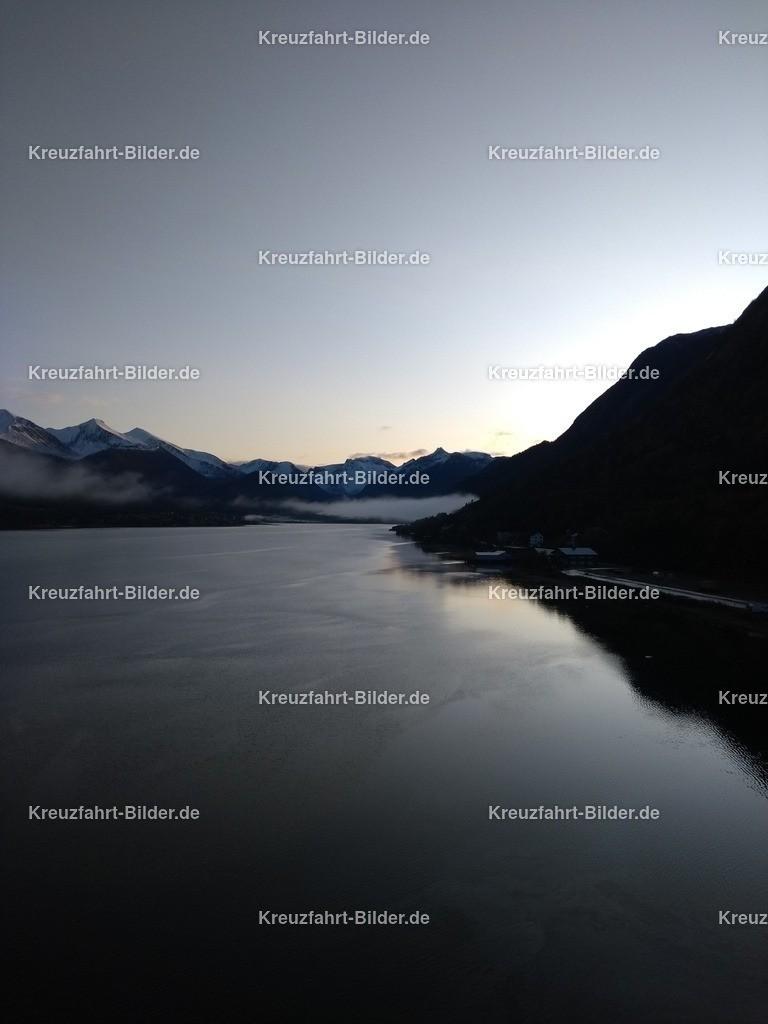 Fjord vor Andalsnes am Morgen III | Der Fjord vor Andalsnes am Morgen