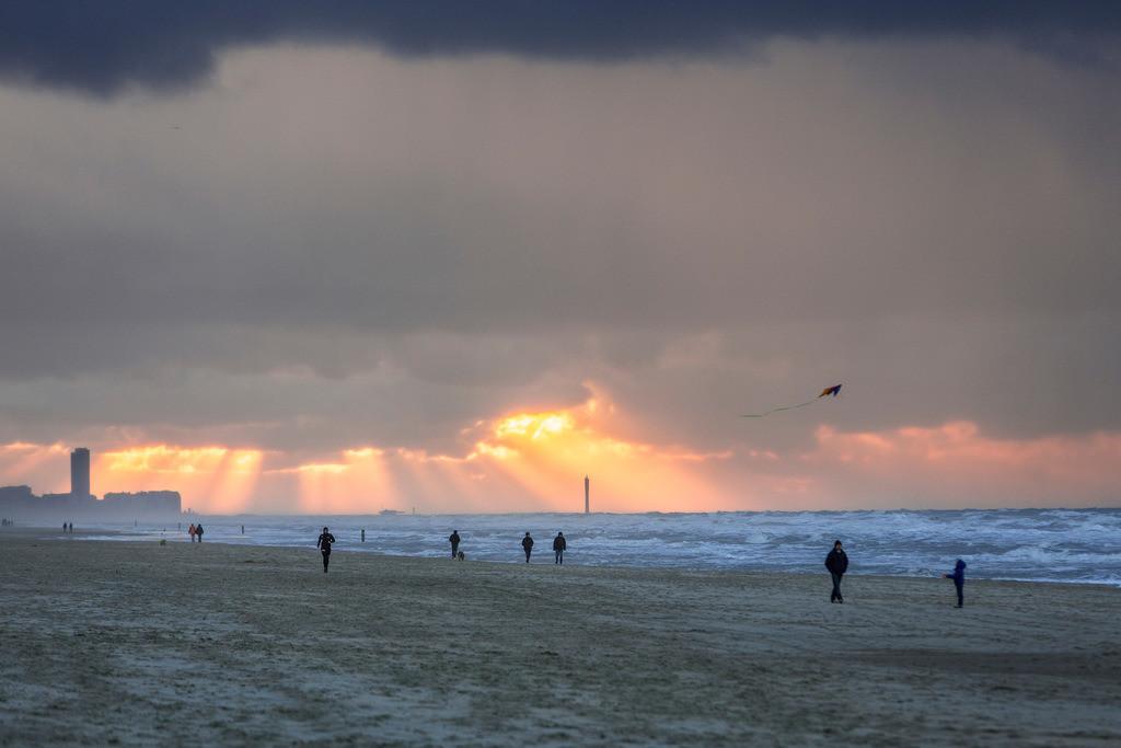 JT-131110-1274_1 | Nordseestrand, aufgewühlte See, Wolkenberge, bei einem Herbststurm, Spaziergänger,