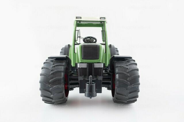 Traktor über weißem Hintergrund | Ein grüner Trecker über einem hellen Hintergrund