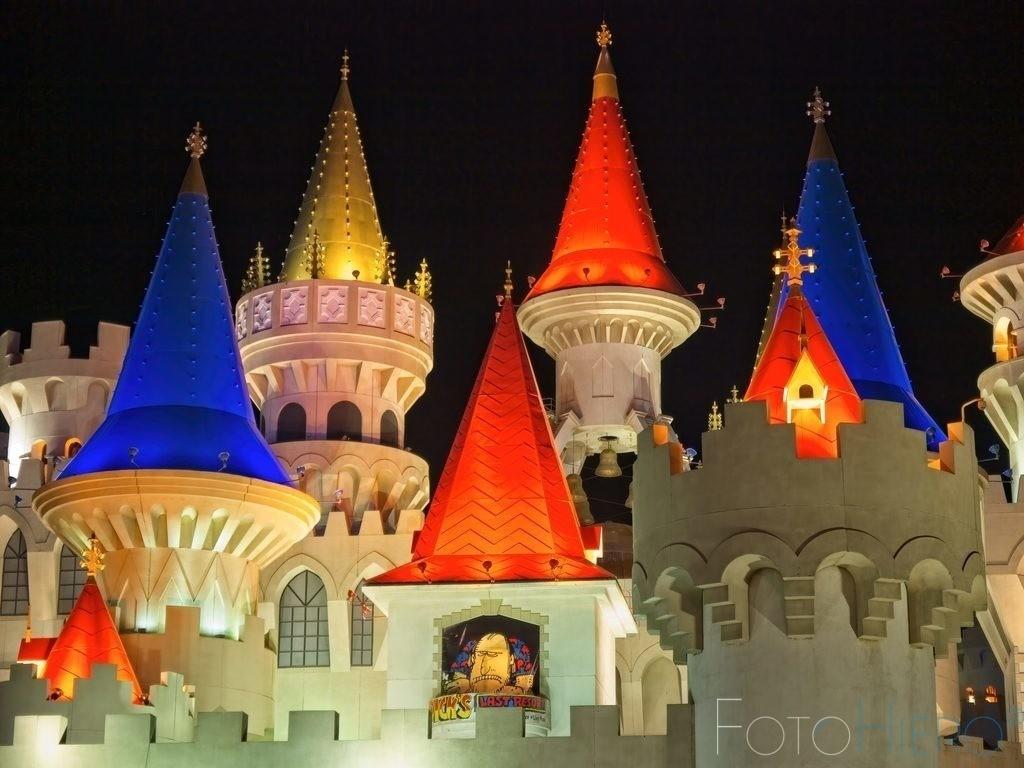 Excalibur, Las Vegas | Hotel Excalibur in Las Vegas. Mittelalterliche Burg mit Türmchen und Zugbruecke
