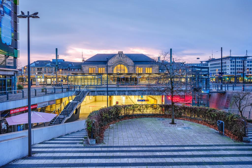Morgens am Hauptbahnhof Bielefeld | Früh morgens am Bielefelder Hauptbahnhof vom neuen Bahnhofsviertel aus fotografiert.