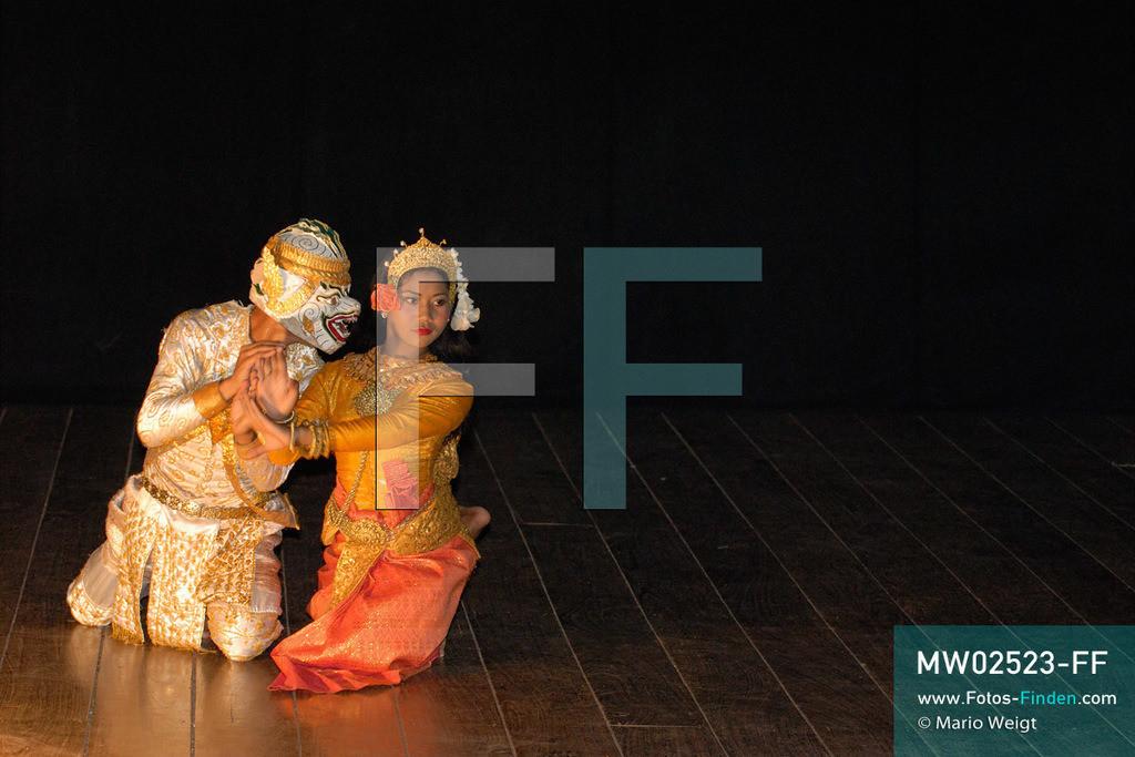 MW02523-FF | Kambodscha | Phnom Penh | Reportage: Apsara-Tanz | Teil des Apsara-Tanzes während einer Abendvorstellung. Sechs Jahre dauert es mindestens, bis der klassische Apsara-Tanz perfekt beherrscht wird. Kambodschas wichtigstes Kulturgut ist der Apsara-Tanz. Im 12. Jahrhundert gerieten schon die Gottkönige beim Tanz der Himmelsnymphen ins Schwärmen. In zahlreichen Steinreliefs wurden die Apsara-Tänzerinnen in der Tempelanlage Angkor Wat verewigt.   ** Feindaten bitte anfragen bei Mario Weigt Photography, info@asia-stories.com **