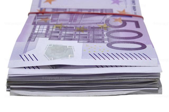 Dicker Geldstapel aus 500-Euro-Scheinen | Ein mit Gummiband zusammengefasster Stapel Geld aus 500-Eurobanknoten.