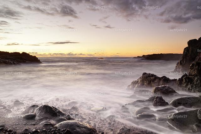 Abendstimmung | Schwarzer Vulkanstrand mit Steinen kurz nach Sonnenuntergang, Wasserbewegung in Langzeitbelichtung - Location: Spanien, Kanarische Inseln, La Palma