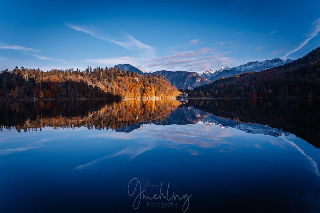 Glasklar | Der Herbst am Hechtsee bei Kufstein. Glasklares Wasser mit Spiegelung vom Wilden Kaiser mit Schnee.