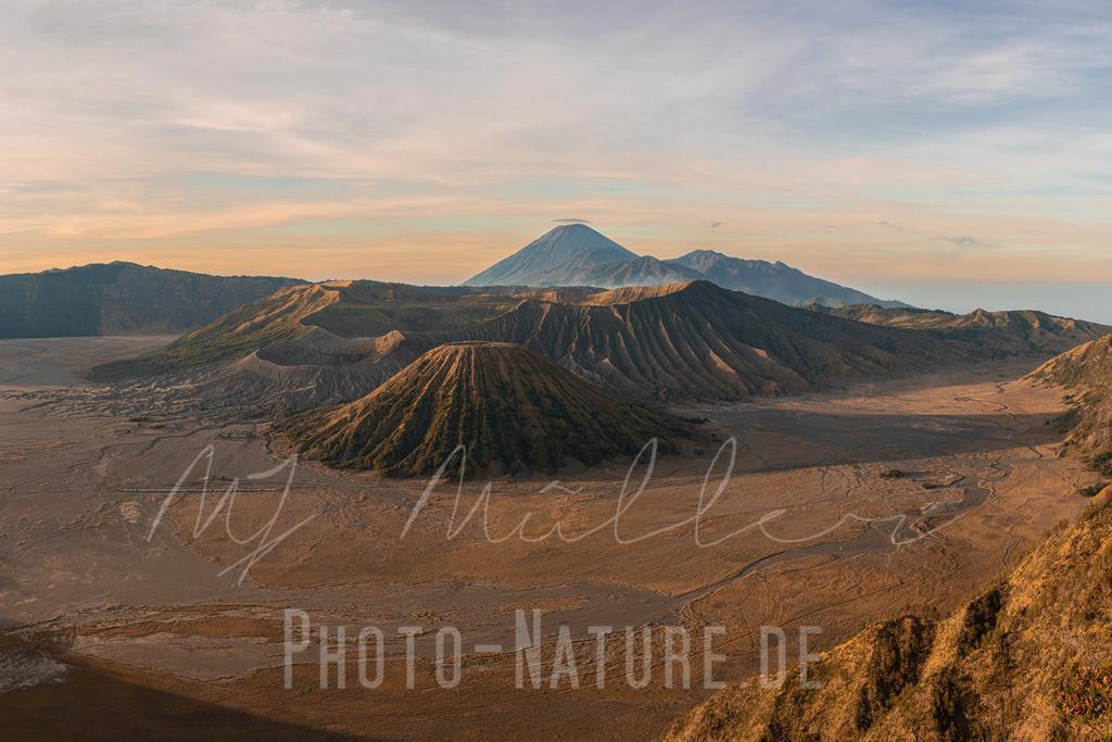 Vulkane wie auf einem Gemälde | Diese Vulkane präsentierten sich im Licht des Sonnenaufgangs