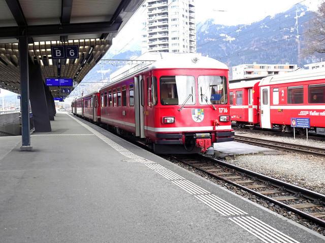 RhB ABDt 1716 | Der Stammpendel steht abfahrbereit im Bahnhof Landquart. Im Hintergrund steht ein Regional-Express in Richtung Chur.