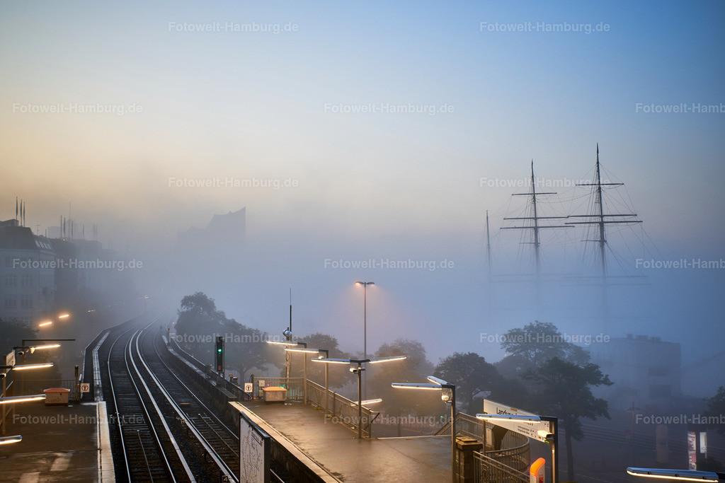 10200116 - Hamburg im Nebel | Blick von den Landungsbrücken durch den morgendlichen Nebel auf die Elbphilharmonie und die Rickmer Rickmers.
