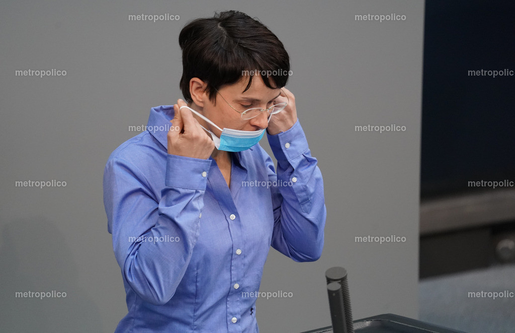 Frauke Petry mit Maske im Bundestag