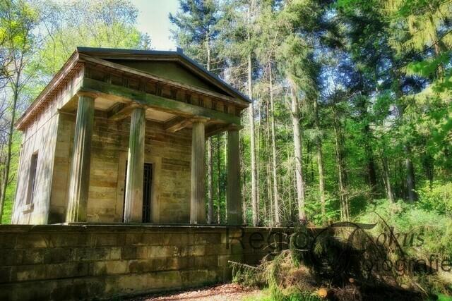 Tee-Tempel | 1827 erbaute Laves den griechischen Tempel mit dorischen Säulen am Donnerberg als Aussichtspunkt für den Grafen zu Münster, der im Inneren das Teetrinken zelebrierte.