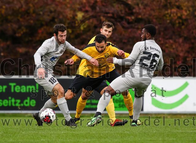 2019-10-19_046_FC_Moosinning_gegen_SV_Dornach   Moosinning, Deutschland, 19.10.2019: Fußball, Bezirksliga Nord 2019 / 2020, 15. Spieltag, FC Moosinning gegen SV Dornach, Endergebnis: 4:1  Noah Soheili (SV Dornach, #18), Junis Ibrahim (FC Moosinning, #20), Malik Abasse (SV Dornach, #26)  Foto: Christian Riedel / fotografie-riedel.net