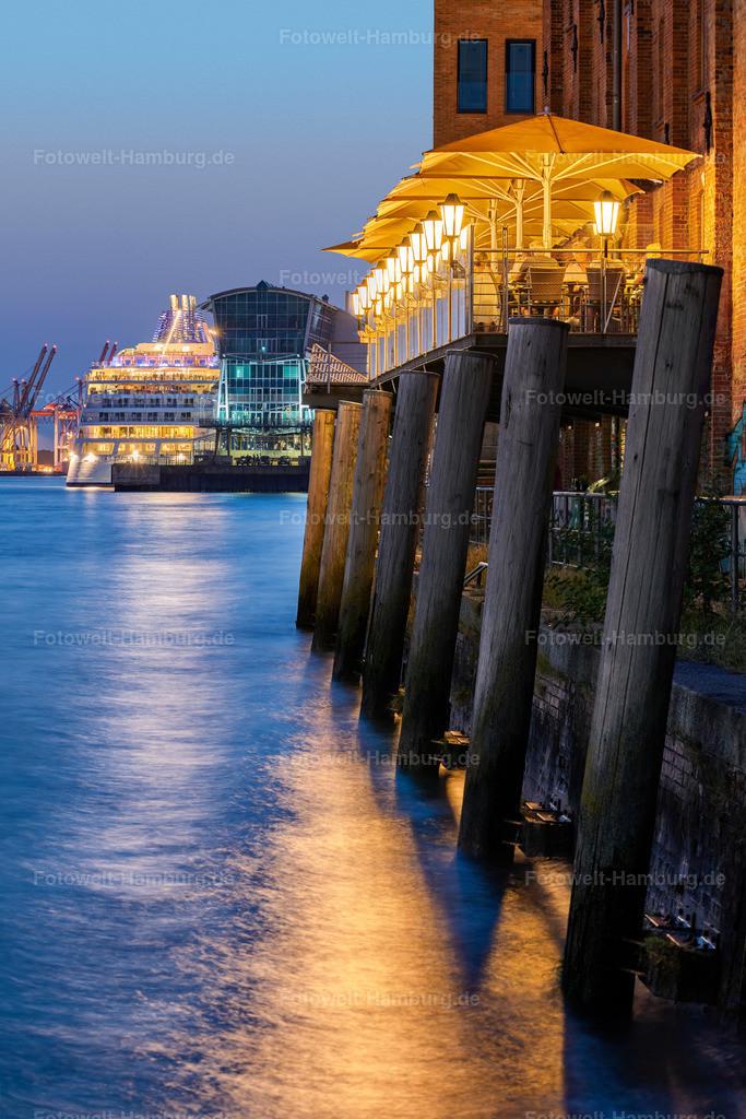 10200809 - Blaue Stunde am Altonaer Hafen   Blaue Stunde am Altonaer Hafen mit Blick auf die MS Europa 2 im Kreuzfahrtterminal.