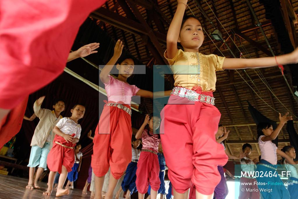 MW02464-FF   Kambodscha   Phnom Penh   Reportage: Apsara-Tanz   Schülerinnen üben in einer Tanzschule. Sechs Jahre dauert es mindestens, bis der klassische Apsara-Tanz perfekt beherrscht wird. Kambodschas wichtigstes Kulturgut ist der Apsara-Tanz. Im 12. Jahrhundert gerieten schon die Gottkönige beim Tanz der Himmelsnymphen ins Schwärmen. In zahlreichen Steinreliefs wurden die Apsara-Tänzerinnen in der Tempelanlage Angkor Wat verewigt.   ** Feindaten bitte anfragen bei Mario Weigt Photography, info@asia-stories.com **