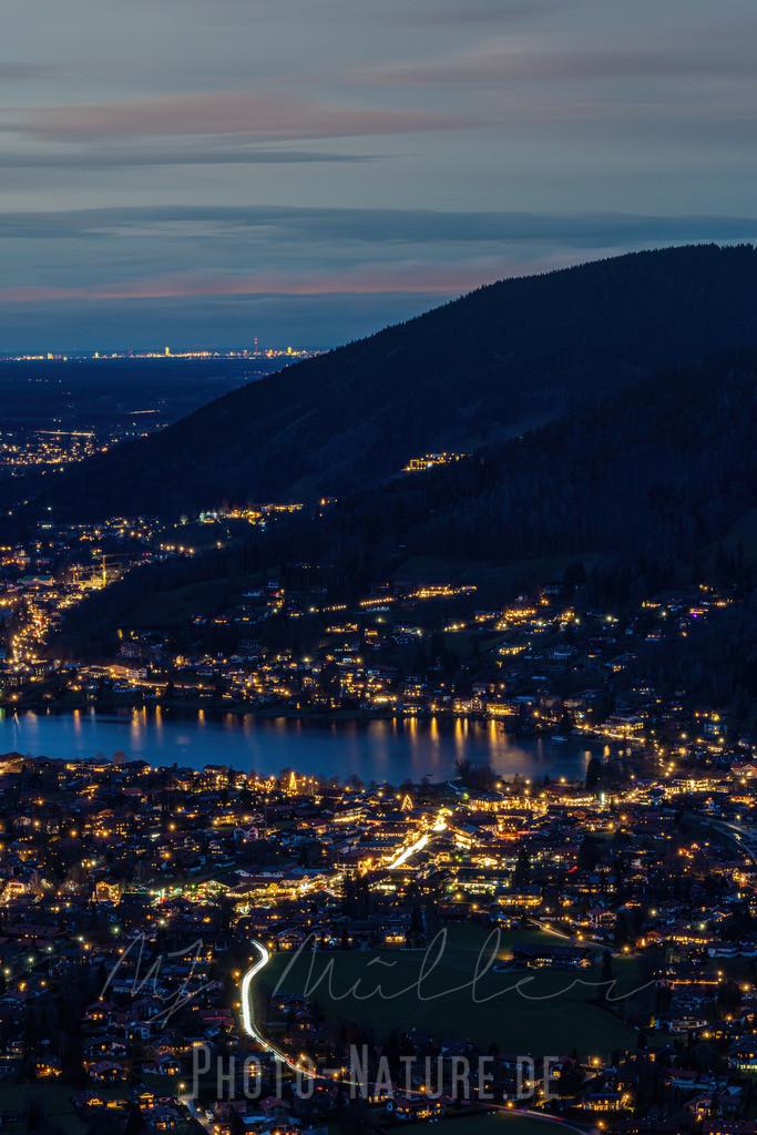 Beleuchtete Straßenzüge am See   Ausblick auf den weihnachtlichen Tegernsee