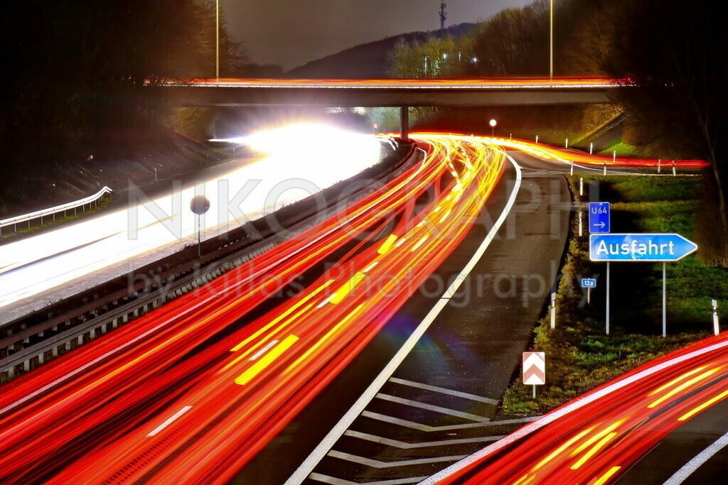 Autobahn bei Nacht | Lichtspuren auf der A46 bei Iserlohn. Eine Nachtaufnahme von der Brücke auf die Autobahn.