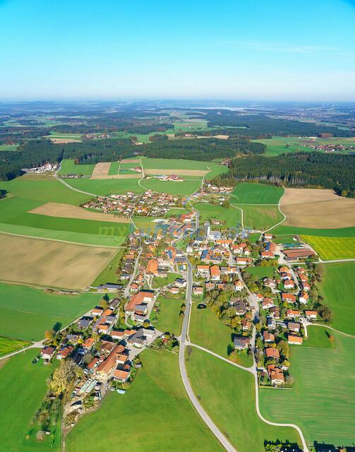 luftbild-nussdorf-chiemgau-bruno-kapeller-91 | Luftaufnahme von Nußdorf im Chiemgau, Herbst 2019. Das Dorf befindet sich ca.5 km vom Chiemsee entfernt, Landkreis Traunstein.