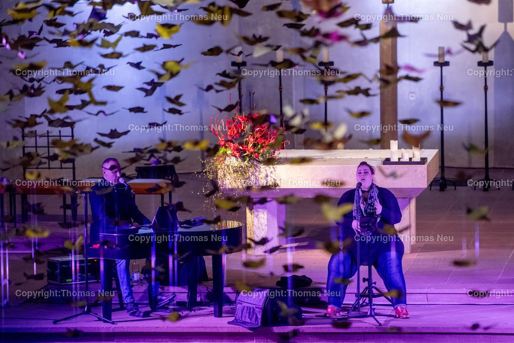 DSC_7795 | Bensheim, Kirche Sankt Georg, Abschlusskonzert unter der Friedenstauben-Installation mit dem Duo Bollwerk , Illumination der Kirche,   ,, Bild: Thomas Neu