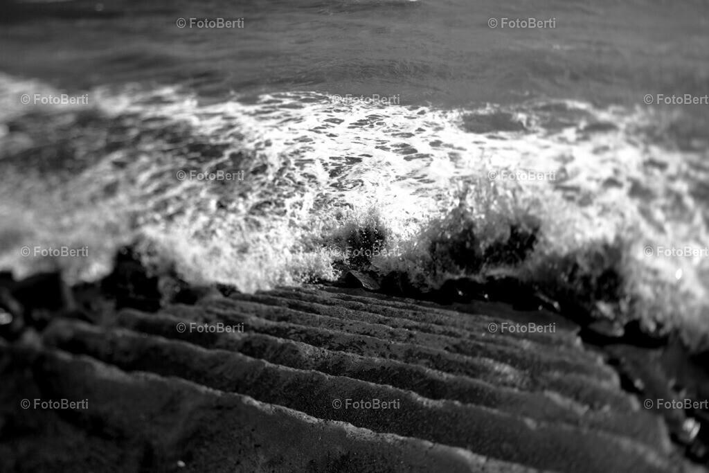 Suizid | Treppe in den Atlantik.