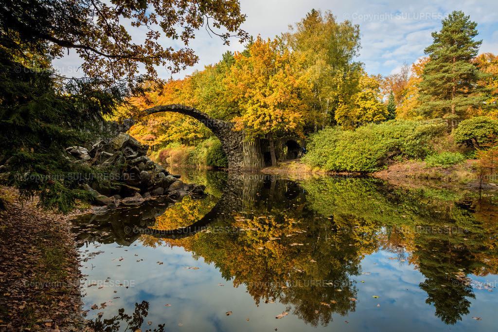 Rakotzbrücke in Kromlau | 23.10.2016, die märchenhafte Rakotzbrücke aus Basaltsteinen im Rhododendronpark in Kromlau spiegelt sich im Rakotzsee an einem schönen Herbsttag im Oktober 2016. Kromlau ist ein Ortsteil der sächsischen Gemeinde Gablenz im Landkreis Görlitz.