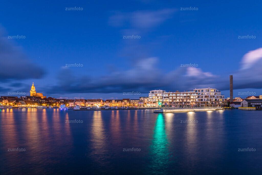 171029_1731-1970-A | --Dateigröße 6720 x 4480 Pixel-- Satdthafen von Waren bei Nacht